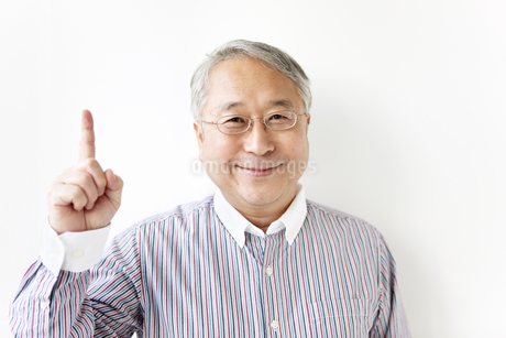 人差し指を立てるシニア男性の写真素材 [FYI01291700]