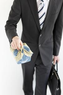 弁当を持っているビジネスマンの写真素材 [FYI01291701]