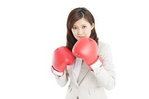 ボクシンググローブをつけたビジネスウーマンの写真素材 [FYI01291798]