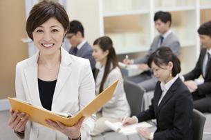 ビジネス研修をする女性講師と生徒の写真素材 [FYI01291815]