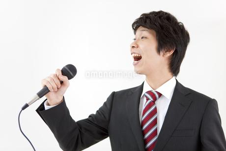 歌うビジネスマンの写真素材 [FYI01291843]