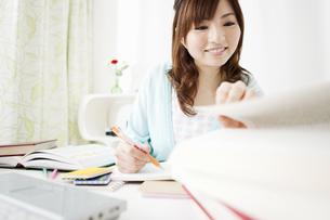 勉強をする女性の写真素材 [FYI01291882]