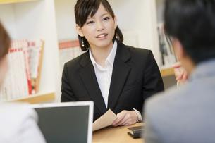 会議をする男女3人の写真素材 [FYI01291896]