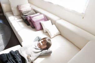 ソファに寝転ぶ男の子の写真素材 [FYI01291911]