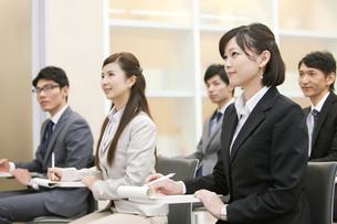 ビジネス研修を受ける男女5人の写真素材 [FYI01291916]