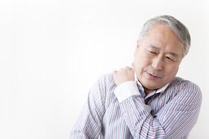 肩をほぐすシニア男性の写真素材 [FYI01291953]