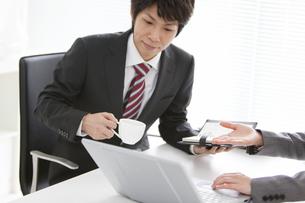 打ち合わせ中のビジネスマンとビジネスウーマンの写真素材 [FYI01291958]