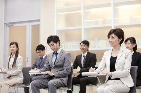 ビジネス研修を受ける男女6人の写真素材 [FYI01291970]