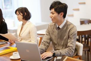 パソコンを操作しているビジネスマンの写真素材 [FYI01291987]