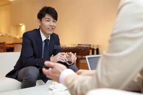 打ち合わせ中のビジネスマン2人の写真素材 [FYI01292004]