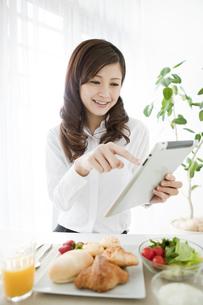 タブレットPCを見るビジネスウーマンの写真素材 [FYI01292051]