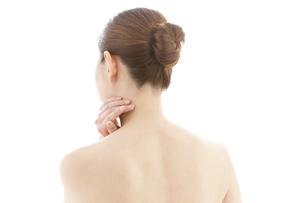 首に手をあてる女性の後姿の写真素材 [FYI01292061]