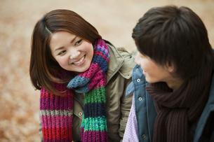 会話する若いカップルの写真素材 [FYI01292097]