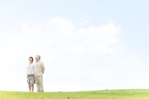 遠くを見ている中高年夫婦の写真素材 [FYI01292156]