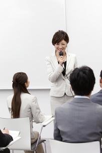 ビジネス研修をする女性講師と生徒の写真素材 [FYI01292157]