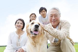 笑顔の4人家族と犬の写真素材 [FYI01292181]