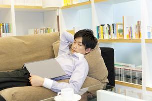 ソファーでうたた寝をするビジネスマンの写真素材 [FYI01292208]