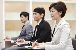 ビジネス研修を受ける男女3人の写真素材 [FYI01292277]