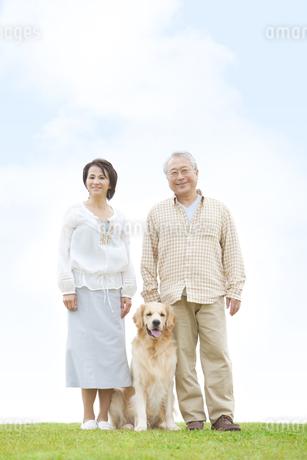 笑顔の中高年夫婦と犬の写真素材 [FYI01292330]