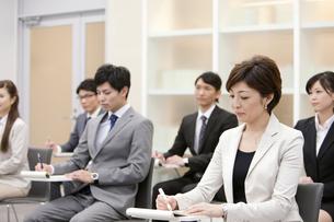 ビジネス研修を受ける男女6人の写真素材 [FYI01292341]