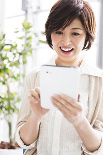タブレットPCを操作する女性の写真素材 [FYI01292380]