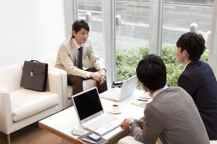 打ち合わせ中のビジネスマン3人の写真素材 [FYI01292395]