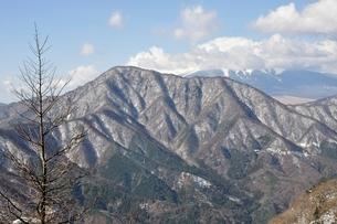 御正体山と雲を被る富士山の写真素材 [FYI01292517]