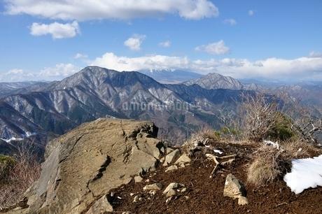 御正体山と雲を被る富士山と杓子山の写真素材 [FYI01292526]