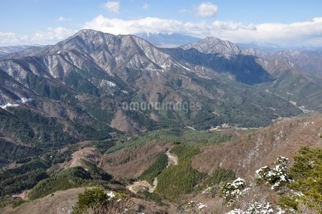 御正体山と雲を被る富士山と杓子山の写真素材 [FYI01292527]