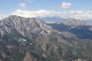 御正体山と雲を被る富士山と杓子山の写真素材 [FYI01292528]