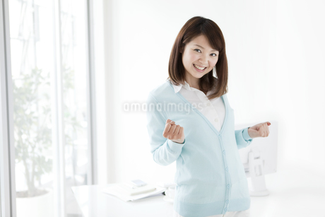 ガッツポーズをする女性の写真素材 [FYI01292620]