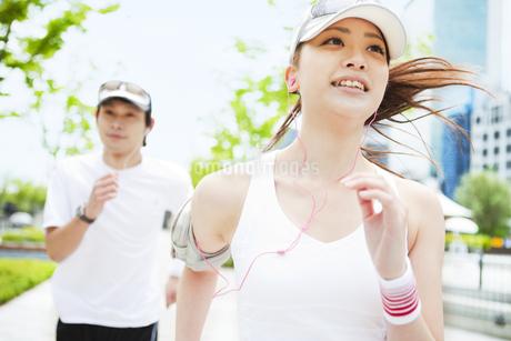 ジョギングをする若いカップルの写真素材 [FYI01292643]