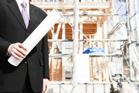 建設現場と図面を持つ男性の写真素材 [FYI01292645]