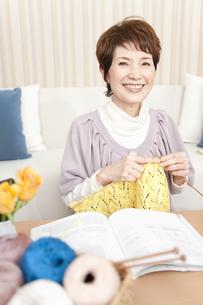 編み物をしている中高年女性の写真素材 [FYI01292680]