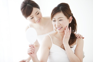 鏡を持つ母親と娘の写真素材 [FYI01292718]