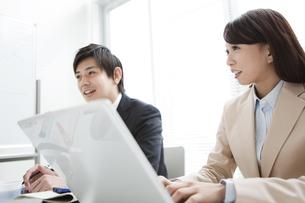 会議中のビジネスマンとビジネスウーマンの写真素材 [FYI01292720]