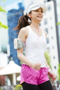 ジョギングをする若い女性の写真素材 [FYI01292724]