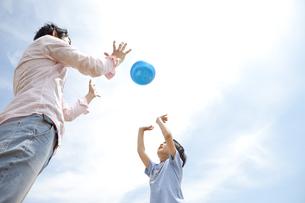 ボールで遊ぶ親子の写真素材 [FYI01292758]