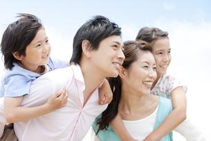 眺める家族の写真素材 [FYI01292761]