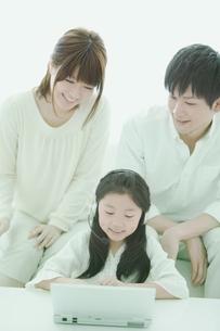 パソコンをする家族の写真素材 [FYI01292818]