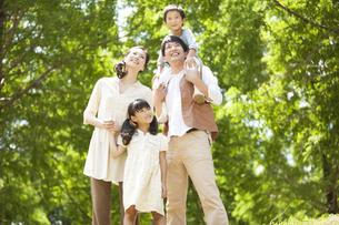 笑顔の家族4人の写真素材 [FYI01292821]
