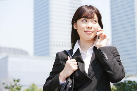 携帯で話す若いビジネスウーマンの写真素材 [FYI01292866]