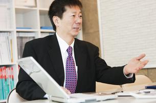 商談をするビジネスマンの写真素材 [FYI01292885]