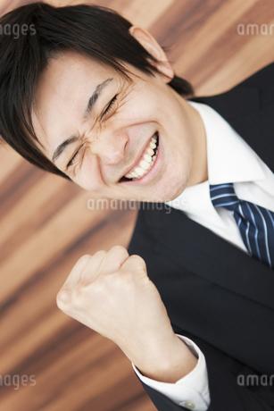 ガッツポーズをするビジネスマンの写真素材 [FYI01292889]