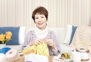 編み物をしている中高年女性の写真素材 [FYI01292935]
