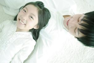 寝転ぶ親子の写真素材 [FYI01292946]