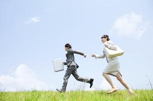 走るビジネスマンとビジネスウーマンの写真素材 [FYI01292947]