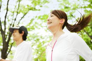 ジョギングをする若いカップルの写真素材 [FYI01292976]