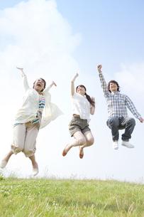 ジャンプしている若者3人の写真素材 [FYI01292998]