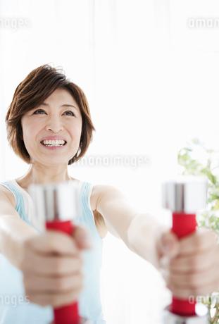 ダンベルを持つ女性の写真素材 [FYI01293005]